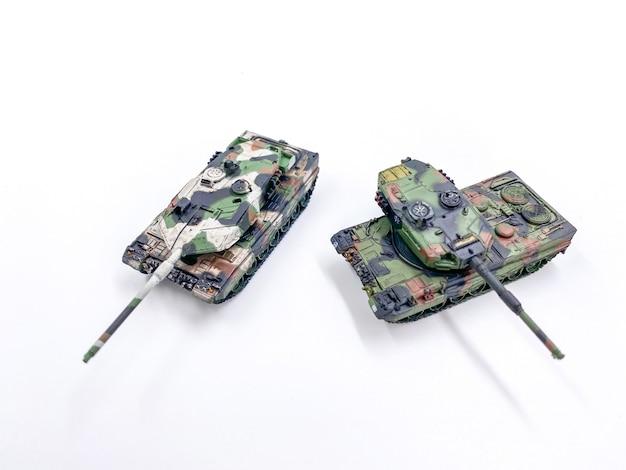 Speelgoed tank schaalmodel op witte achtergrond