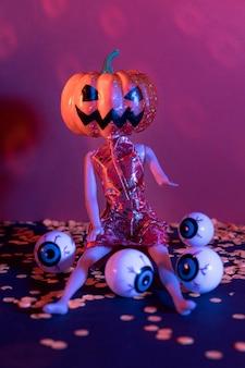 Speelgoed van close-up het griezelige halloween met pompoen