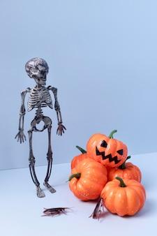 Speelgoed van close-up het griezelige halloween met pompoenen