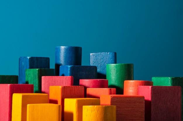 Speelgoed van gekleurde houtblokken. wolkenkrabbermetafoor