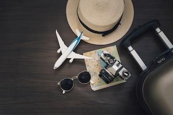 Speelgoed vliegtuig in de buurt van reisbenodigdheden