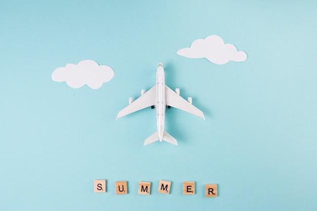 Speelgoed vliegtuig papier wolken en letters