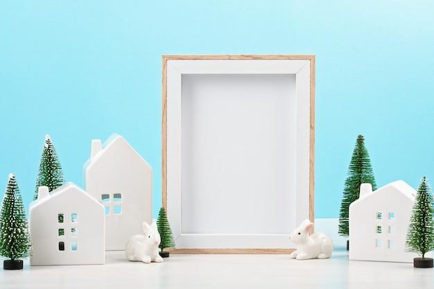 Speelgoed witte huizen, konijnen en kerstversiering
