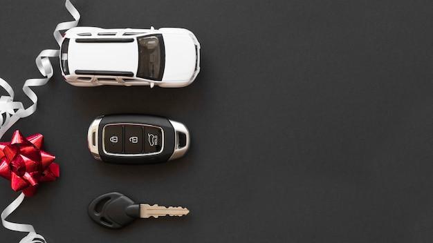 Speelgoedauto dichtbij alarmsleutels en boog