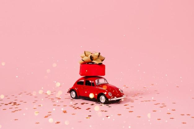 Speelgoedauto met cadeau- en kerstversiering.