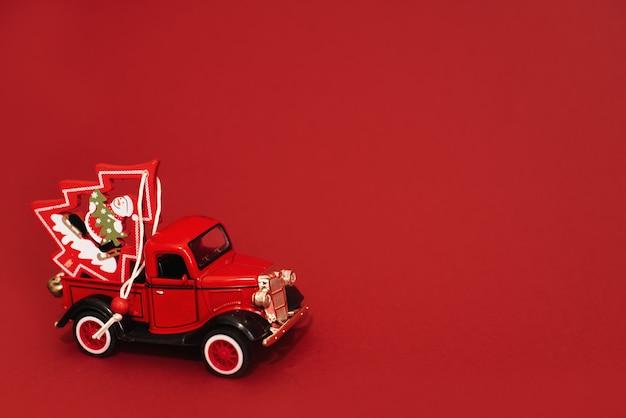 Speelgoedauto met kerstboom