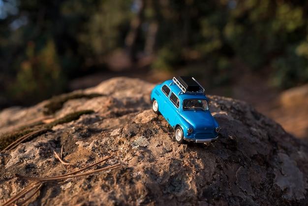 Speelgoedauto op de rots