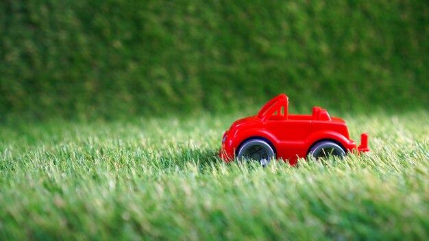 Speelgoedauto op groen kunstgras