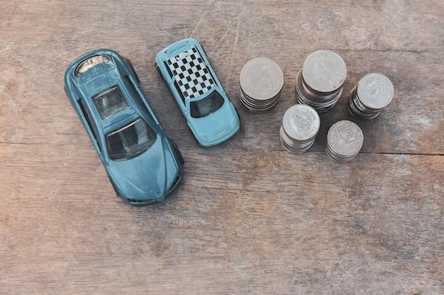 Speelgoedauto's en muntenstapels