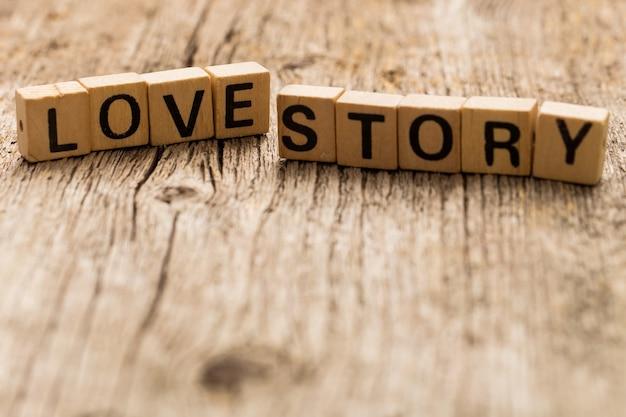 Speelgoedbakstenen op tafel met woord liefdesverhaal
