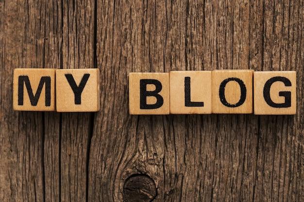 Speelgoedbakstenen op tafel met woord mijn blog