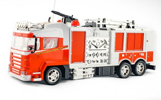 Speelgoedbrandweerwagen met brandslang en blusgereedschap.