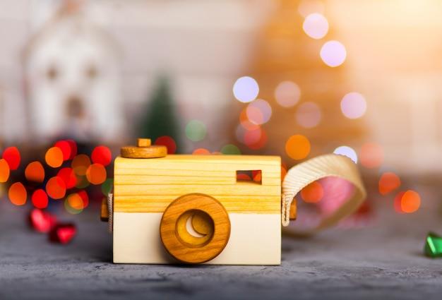 Speelgoedcamera op een tafel met kerstverlichting