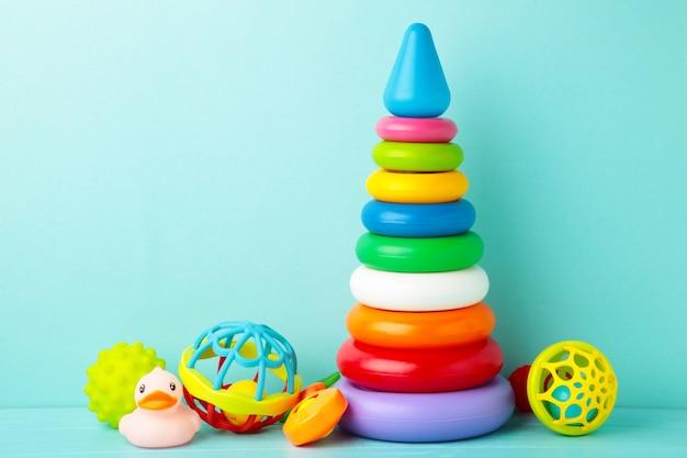 Speelgoedcollectie voor baby op blauwe achtergrond. bovenaanzicht