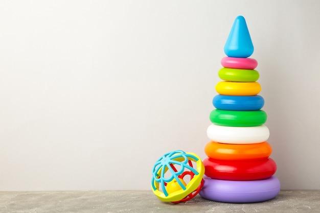 Speelgoedcollectie voor baby op grijze achtergrond. bovenaanzicht