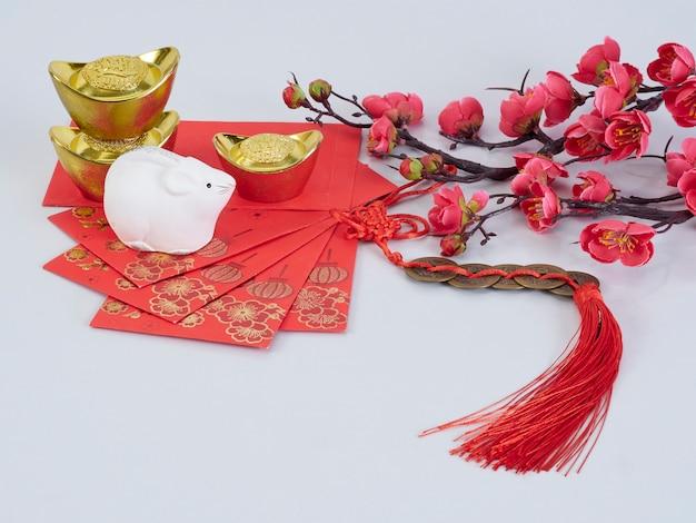 Speelgoedmuis en bloemen met gouden containers en papieren