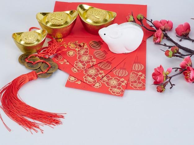 Speelgoedmuis en bloemen met gouden containers