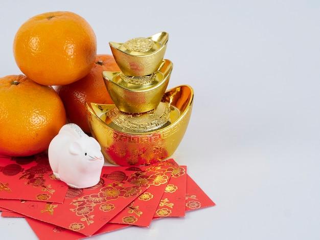 Speelgoedmuis en mandarijnen met gouden containers en papieren