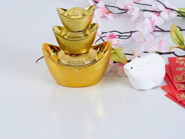 Speelgoedmuis met gouden containers en bloemen