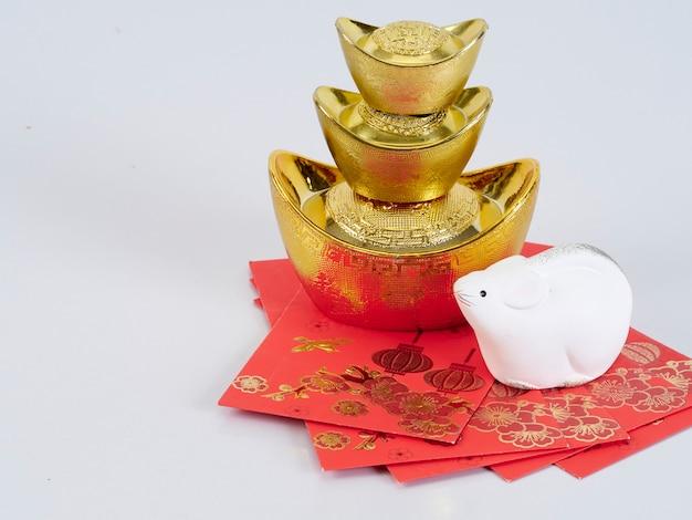 Speelgoedmuis met gouden containers en papieren
