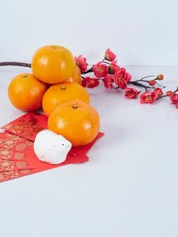 Speelgoedmuis met papieren, bloemen en sinaasappels