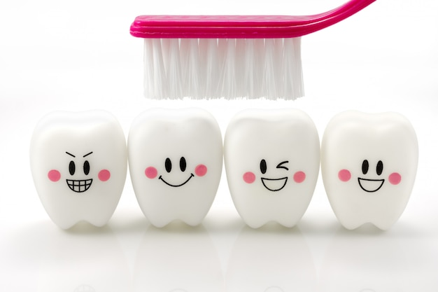 Speelgoedtanden in een het glimlachen stemming op wit met het knippen van weg wordt geïsoleerd die