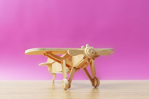 Speelgoedvliegtuig op de tafel