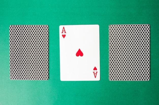 Speelkaart en achterontwerpen op groene achtergrond.