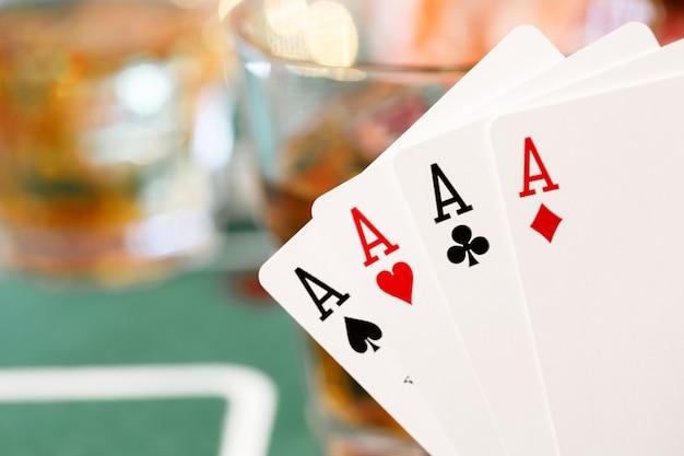Speelkaarten op het oppervlak van de pokertafel close-up