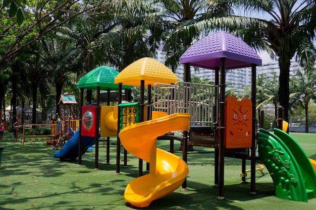Speelplaats voor kind, park, speelgoed voor kinderen