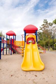 Speelplaatsmateriaal voor kind bij het park
