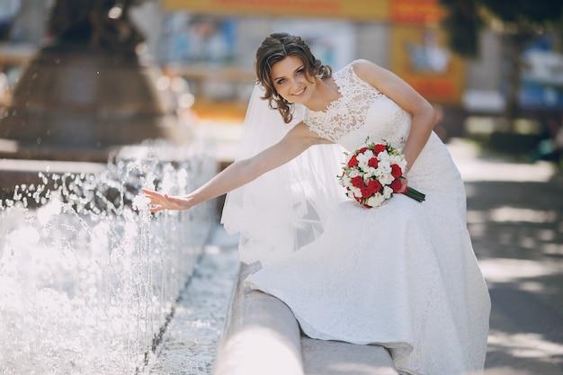 Speels bruid plezier in de fontein