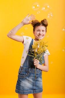 Speels meisje met bloemenboeket