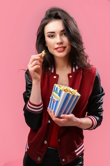 Speels meisje met pak popcorn