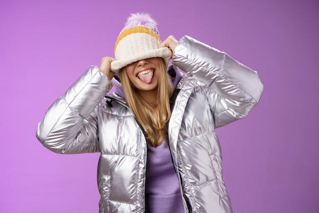 Speels onbezorgd grappig blond meisje met lol dwaas rond onzorgvuldig wat mensen ding dat onvolwassen handelt