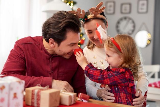Speelse familie in de kersttijd