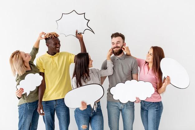 Speelse groep vrienden met chat bubbels