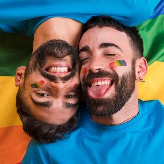 Speelse homo paar glimlachen