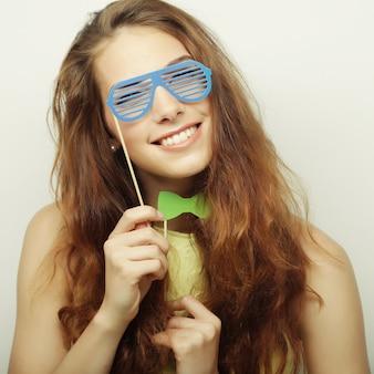 Speelse jonge vrouw klaar voor feest