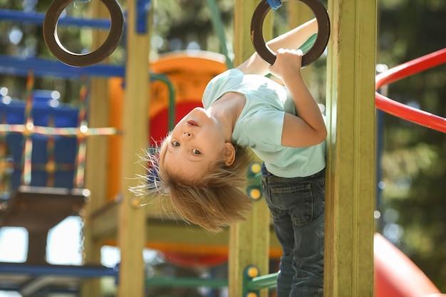 Speelse jongen in park