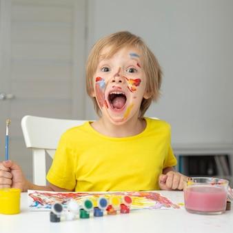 Speelse jongen schilderen