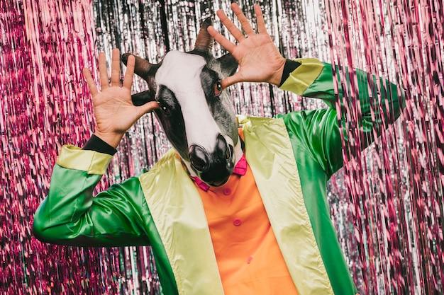 Speelse koe gekostumeerde man voor carnaval feest