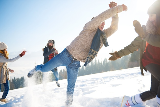 Speelse man met bemanning in de sneeuw
