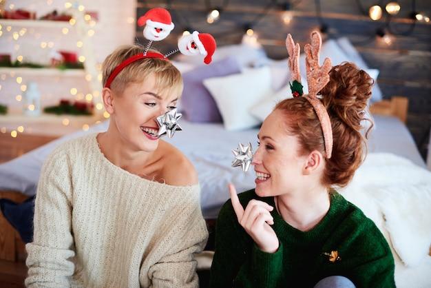 Speelse meisjes die plezier hebben met kerstmis
