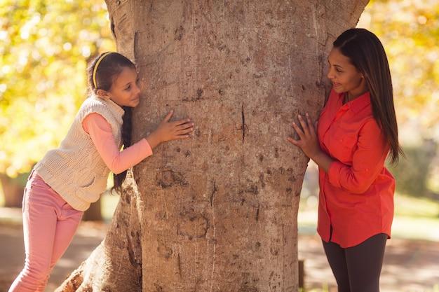 Speelse moeder met dochter in het park