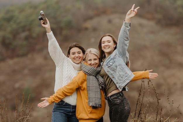 Speelse vriendinnen poseren voor foto
