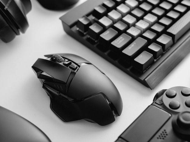 Speeltafel met toetsenbord, muis en koptelefoon