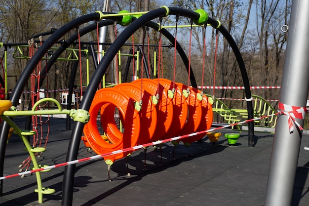 Speeltuin is gesloten. verbod op speeltuinen voor kinderen. preventie van coronavirus covid-19. de strijd tegen het virus. geen kinderen op de speelplaats in de tuin.