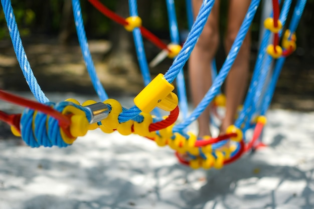 Speeltuin. kinderen spelen buiten vakantie. leuke jeugd in de zomer