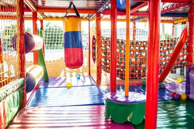 Speeltuin met kleurrijke matten en zachte items voor spelletjes